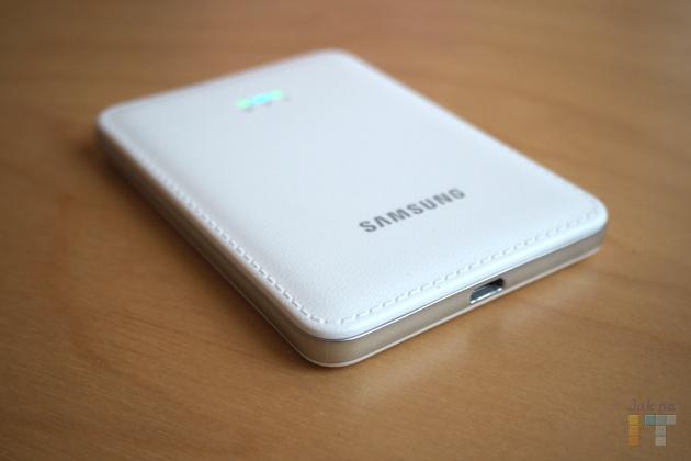 Samsung Mobile Hotspot nabízí výdrž přes 6 hodin na vestavěný akumulátor a nabíjení pomocí MicroUSB konektoru.