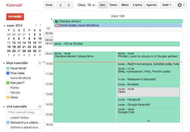 Osnova školení v Kalendáři Google. Červená linka znázorňuje aktuální čas.