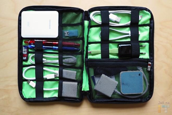 Šikovné přihrádky pouzdra BUBM zorganizují změť kabelů a počítačového příslušenství.